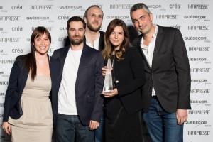 Anne-Marie Jodoin, de Sherlock, entourée de l'équipe de Bleublancrouge lors de la remise des prix CRÉA 2014 en avril dernier.